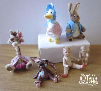 Beatrix Potter hahmoja, piipunrassista tehty kiraffi, massapupu ja pienet posliini nuket